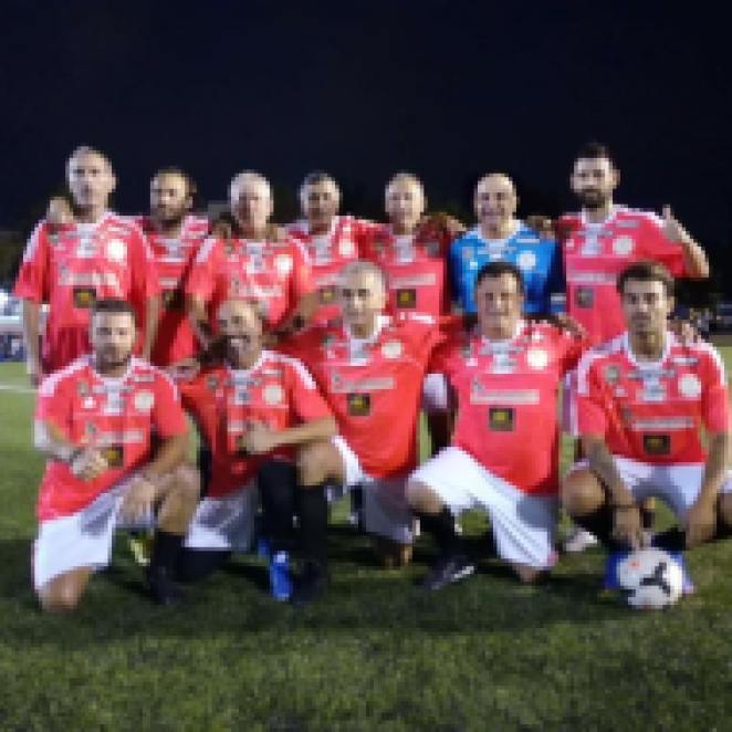 Ο Γιώργος με την ομάδα που αγωνίστηκε στον ποδοσφαιρικό φιλανθρωπικό αγώνα στο γήπεδο Τραχώνων στον Άλιμο - 23 Οκτωβρίου 2017 Φωτογραφία: Couros FC Facebook