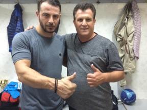 Ο Γιώργος με τον κ. Γραμμένο στον ποδοσφαιρικό φιλανθρωπικό αγώνα στον Άλιμο στο γήπεδο Τραχώνων - 23 Οκτωβρίου 2017 Φωτογραφία: Couros FC Facebook