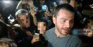 Ο Γιώργος ανάμεσα σε μικρά παιδιά φανς στο γήπεδο Τραχώνων στον Άλιμο όπου βρέθηκε για τον φιλανθρωπικό ποδοσφαιρικό αγώνα που διοργάνωσε ο Δήμος - 23 Οκτωβρίου 2017 Φωτογραφία: notia.gr