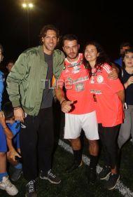 Ο Γιώργος με τον Γιάννη Σπαλιάρα και την Ειρήνη Καλλέργη στο γήπεδο Τραχώνων στον Άλιμο όπου βρέθηκε για να συμμετάσχει στον φιλανθρωπικό ποδοσφαιρικό αγώνα που διοργάνωσε ο Δήμος - 23 Οκτωβρίου 2017 Φωτογραφία: TLife
