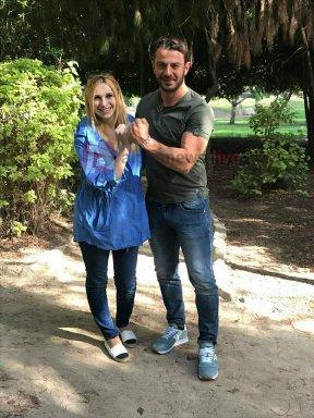 """Ο Γιώργος με τη Χριστιάνα στο πάρκο της Ακρόπολης κατά τη διάρκεια της συνέντευξής του για την εκπομπή """"Με αγάπη Χριστιάνα"""" - 24 Οκτωβρίου 2017 Φωτογραφία: alphanewslive"""
