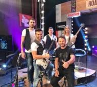 """Ο Γιώργος μαζί με τον τραγουδιστή Τεύκρο Νεοκλέους και την μπάντα της εκπομπής """"The Λούης Night Show"""" - 24 Οκτωβρίου 2017 Φωτογραφία: tefkrosn Instagram"""