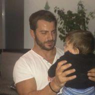 Ο Γιώργος μαζί με τον ανιψιό του, Παναγιώτη, στο αεροδρόμιο της Σκιάθου κατά την άφιξή του στις 5 Οκτωβρίου 2017 Φωτογραφία: gregoreszakharias Instagram