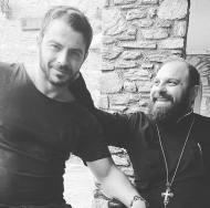 Ο Γιώργος μαζί με τον φίλο και συμμαθητή του Πάτερ Ιωσήφ στη Μονή της Ευαγγελίστριας στη Σκιάθο - 6 Οκτωβρίου 2017 Φωτογραφία: Danos_ga Facebook