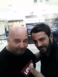 Ο Γιώργος με φαν στο αεροδρόμιο της Αθήνας κατά την επιστροφή του από Σκιάθο - 8 Οκτωβρίου 2017 Φωτογραφία: Δημήτρης Νικολαϊδης Facebook