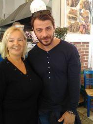 Ο Γιώργος μαζί με φαν στη Σκιάθο στις 8 Οκτωβρίου 2017 Φωτογραφία: Tourkala Tourkalitsa Facebook