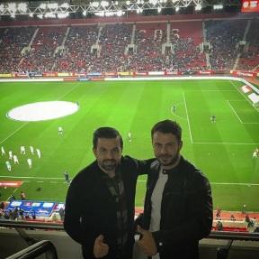 Ο Γιώργος μαζί με τον Σταύρο Μαυρουδή στο γήπεδο Καραϊσκάκη για τον αγώνα της Εθνικής απέναντι στην Κροατία - 12 Νοεμβρίου 2017 Φωτογραφία: stavros.mavroudis Instagram