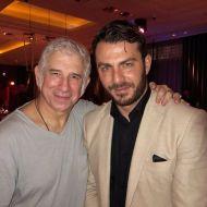 """Ο Γιώργος μαζί με τον Πέτρο Φιλιππίδη στο εστιατόριο Zonars μετά την πρεμιέρα της θεατρικής παράστασης """"Ψέμα στο ψέμα"""" - 13 Νοεμβρίου 2017 Φωτογραφία: cosmopoliti via gynaikamagazine Instagram"""
