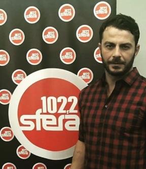 Ο Γιώργος στο στούντιο του Sfera 102.2 για τη συνέντευξη με τη Ναταλία στις 13 Νοεμβρίου 2017 Φωτογραφία: sferaradio1022 Instagram