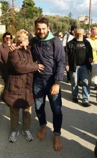 Ο Γιώργος με φαν στην πορεία για το μοναστήρι στη γιορτή της Παναγίας της Κουνίστρας στη Σκιάθο - 20 Νοεμβρίου 2017 Φωτογραφία: Ό,τι συμβαίνει στη Σκιάθο Facebook