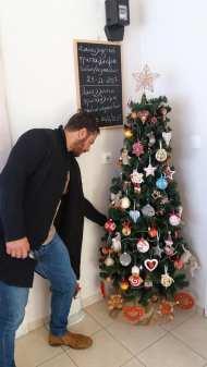 """Ο Γιώργος ανάβει το Χριστουγεννιάτικο δέντρο του αθλητικού συλλόγου """"Παλμός"""" της Σκιάθου - 21 Νοεμβρίου 2017 Φωτογραφία: Konstantina Tsotsou Facebook"""