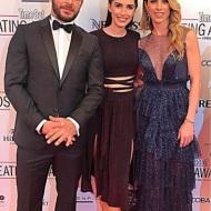 Ο Γιώργος και η Ντορέττα με τη δημοσιογράφο Έλενα Θεοδώρου στο κόκκινο χαλί πριν την έναρξη των Time Out Eating Awards - 28 Νοεμβρίου 2017 Φωτογραφία: elena.theo Instagram