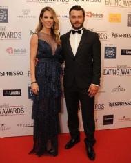 Ο Γιώργος και η Ντορέττα στο κόκκινο χαλί πριν την έναρξη των Time Out Eating Awards - 28 Νοεμβρίου 2017 Φωτογραφία: ilovestylecom Instagram
