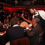 Ο Γιώργος σερβίροντας Ντανοπιτάκια στους παρευρισκομένους κατά τη διάρκεια των Time Out Eating Awards - 28 Νοεμβρίου 2017 Φωτογραφία: ilovestylecom Instagram