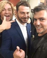 """Ο Γιώργος μαζί με τον Τρύφωνα Σαμαρά και τον Μάνο Κατσαμπούρη στην πρεμιέρα της θεατρικής παράστασης """"Μαντάμ Σουσού"""" στο Παλλάς στις 31 Οκτωβρίου 2017 Φωτογραφία: manoskatsampouris Instagram"""