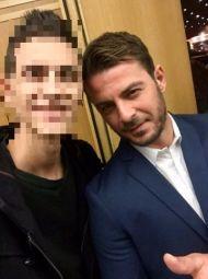 """Ο Γιώργος με φαν στην πρεμιέρα της θεατρικής παράστασης """"Μαντάμ Σουσού"""" στο Παλλάς που έγινε στις 31 Οκτωβρίου 2017 Φωτογραφία: marios_kwnstantopoulos Instagram"""