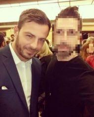 """Ο Γιώργος με φαν στην πρεμιέρα της θεατρικής παράστασης """"Μαντάμ Σουσού"""" στο Παλλάς που έγινε στις 31 Οκτωβρίου 2017 Φωτογραφία: xristoskp Instagram"""