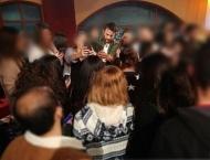 """Ο Γιώργος μετά το τέλος του γυρίσματος της σατυρικής εκπομπής """"Πρίγκιπας"""" να υπογράφει αυτόγραφα για τους φανς - 29 Νοεμβρίου 2017 Φωτογραφία: gregoreszakharias Instagram"""