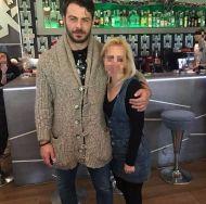 Ο Γιώργος με φαν στο Avanti Cafe-Bar στις 19 Δεκεμβρίου 2017 Φωτογραφία: konvogiatzaki Instagram