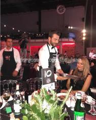 Ο Γιώργος σερβίροντας Ντανοπιτάκια στους παρευρισκομένους κατά τη διάρκεια των Time Out Eating Awards - 28 Νοεμβρίου 2017 Φωτογραφία: giorgosaggelopoulos_news Instagram
