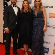 Ο Γιώργος και η Ντορέττα με τη δημοσιογράφο Έλενα Θεοδώρου στο κόκκινο χαλί πριν την έναρξη των Time Out Eating Awards - 28 Νοεμβρίου 2017 Φωτογραφία: marilena.i Instagram