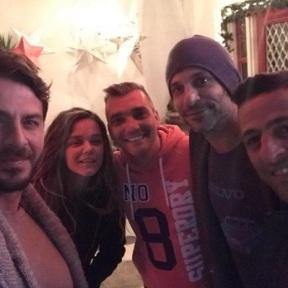 Ο Γιώργος μαζί με τον Γιώργο Χρανιώτη, τη σύντροφό του και τους φίλους Γρηγόρη και Νικολάκη στη Σκιάθο στις 29 Δεκεμβρίου 2017 Φωτογραφία: gregoreszakharias Instagram