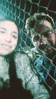 """Ο Γιώργος με φαν στο γήπεδο Εργάνης """"Δημήτρης Νικολαΐδης"""" στον Βύρωνα για τον φιλανθρωπικό αγώνα προς ενίσχυση του μικρού Παναγιώτη - 4 Δεκεμβρίου 2017 Φωτογραφία: Βασιλίνα Τραούση Facebook"""
