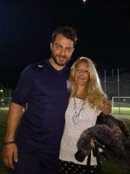 """Ο Γιώργος με φαν στο γήπεδο Εργάνης """"Δημήτρης Νικολαΐδης"""" στον Βύρωνα για τον φιλανθρωπικό αγώνα προς ενίσχυση του μικρού Παναγιώτη - 4 Δεκεμβρίου 2017 Φωτογραφία: Marina Cat Papailiou Facebook"""