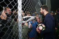 """Ο Γιώργος με φανς στο γήπεδο Εργάνης """"Δημήτρης Νικολαΐδης"""" στον Βύρωνα για τον φιλανθρωπικό αγώνα προς ενίσχυση του μικρού Παναγιώτη - 4 Δεκεμβρίου 2017 Φωτογραφία: sdna"""