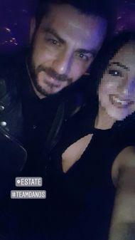 Ο Γιώργος μαζί με φαν στο Estate όπου βρέθηκε για την πρεμιέρα των Ρουβά, Στόκα και Παπαδοπούλου στις 8 Δεκεμβρίου 2017 Φωτογραφία: nicole_gewrgiou Instagram