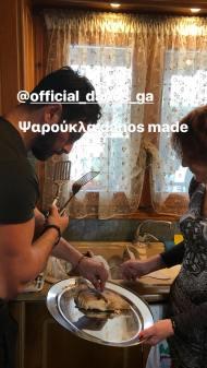 Ο Γιώργος μαζί με τη μαμά Ράνια στην κουζίνα ετοιμάζοντας το μεσημεριανό φαγητό, ανήμερα της Πρωτοχρονιάς - 1 Ιανουαρίου 2018 Φωτογραφία: hraniotis_giorgos_official Instagram
