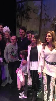 """Ο Γιώργος μαζί με συμπαίκτες του στο θέατρο ΤΡΙΑΝΟΝ όπου παρακολούθησαν την παράσταση """"Η νεράιδα του φεγγαριού"""" που πρωταγωνιστούσε η Σάρα - 10 Ιανουαρίου 2018 Φωτογραφία: gspaliaras Instagram"""