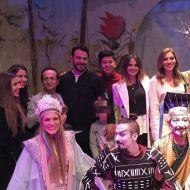 """Ο Γιώργος μαζί με συμπαίκτες του στο θέατρο ΤΡΙΑΝΟΝ όπου παρακολούθησαν την παράσταση """"Η νεράιδα του φεγγαριού"""" που πρωταγωνιστούσε η Σάρα - 10 Ιανουαρίου 2018 Φωτογραφία: orestistsangk Instagram"""