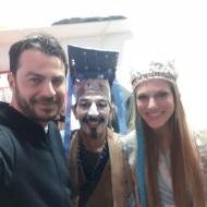"""Ο Γιώργος μαζί με τη Σάρα και τον ηθοποιό Βασίλη Καμίτση στο θέατρο ΤΡΙΑΝΟΝ όπου παρακολούθησε την παράσταση """"Η νεράιδα του φεγγαριού"""" που πρωταγωνιστούσε η Σάρα - 10 Ιανουαρίου 2018 Φωτογραφία: vasiliskamitsis Instagram"""