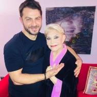 """Ο Γιώργος μαζί με την κυρία Μαρινέλλα στο κέντρο """"ΓΚΑΖΙ"""" όπου εμφανίζεται μαζί με τις κυρίες Γλυκερία και Ελένη Βιτάλη - 13 Ιανουαρίου 2018 Φωτογραφία: gregoreszakharias Instagram"""