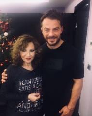 """Ο Γιώργος μαζί με την κυρία Γλυκερία στο κέντρο """"ΓΚΑΖΙ"""" όπου εμφανίζεται μαζί με τις κυρίες Μαρινέλλα και Ελένη Βιτάλη - 13 Ιανουαρίου 2018 Φωτογραφία: gregoreszakharias Instagram"""