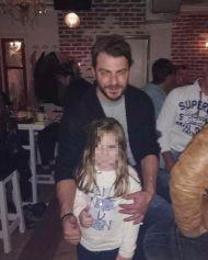 Ο Γιώργος με μικρή φαν στη Σκιάθο στις 20 Νοεμβρίου 2017 Φωτογραφία: Eleni Karakostopoulou Facebook