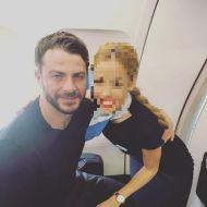 Ο Γιώργος με αεροσυνοδό στο αεροπλάνο κατά τη διάρκεια της πτήσης του για Κύπρο στις 25 Νοεμβρίου 2018 Φωτογραφία: marianna.antoniou_k Instagram