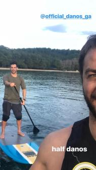 Ο Γιώργος και ο Χρανιώτης κάνοντας S.U.P. στη Σκιάθο στις 30 Δεκεμβρίου 2017 Φωτογραφία: official_danos_ga Instagram