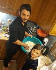 Ο Γιώργος μαζί με την ανηψιά του Έλενα στην κουζίνα παραμονή Πρωτοχρονιάς στη Σκιάθο - 31 Δεκεμβρίου 2017 Φωτογραφία: gregoreszakharias Instagram