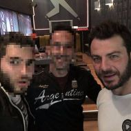 Ο Γιώργος με φανς στο Avanti Cafe-Bar στις 4 Δεκεμβρίου 2017 Φωτογραφία: pperentes Instagram