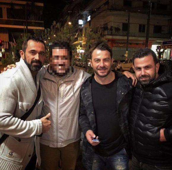 """Ο Γιώργος μαζί με τον Μπο, τpν Σταύρο Μαυρουδή και φίλο στο θέατρο Coronet όπου παρακολούθησαν την παράσταση """"Το πρώτο μας πάρτι"""" - 9 Ιανουαρίου 2018 Φωτογραφία: stavros.mavroudis Instagram"""