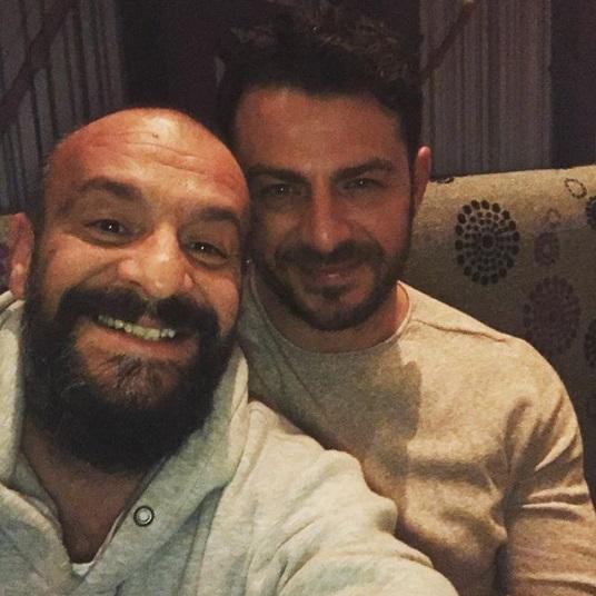 Ο Γιώργος μαζί με τον δημοσιογράφο Γρηγόρη Μπάκα στο Avanti Cafe-bar στις 10 Φεβρουαρίου 2018 Φωτογραφία: gregorybakas Instagram