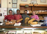 """Ο Γιώργος στη Σκιάθο μαζί με τους θείους του, στον φούρνο """"Ντάνος"""" της οικογένειας, μαζί με τις παραδοσιακές λαγάνες για την Καθαρά Δευτέρα - 19 Φεβρουαρίου 2018 Φωτογραφία: official_danos_ga Instagram"""