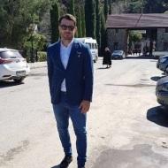 Ο Γιώργος στο χώρο του πάρκινγκ στην είσοδο της Ιεράς Μονής Παναγίας στον Μαχαιρά, όπου βρέθηκε για το ετήσιο μνημόσυνο του ήρωα της ΕΟΚΑ, Γρηγόρη Αυξεντίου - 25 Φεβρουαρίου 2018 Φωτογραφία: gregoryzaharias Instagram