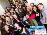 """Ο Γιώργος και ο Στέφανος με φανς στην Καλαμπάκα όπου βρέθηκαν για τα γυρίσματα του """"Τατουάζ"""" στις 5 Φεβρουαρίου 2018 Φωτογραφία: official_danos_ga Instagram"""