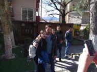 """Ο Γιώργος με φαν στην Καλαμπάκα όπου βρέθηκε για τα γυρίσματα του """"Τατουάζ"""" στις 5 Φεβρουαρίου 2018 Φωτογραφία: trikalaview.gr"""