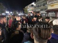 """Ο Γιώργος μαζί με φανς στην Καλαμπάκα όπου βρέθηκε για γυρίσματα της σειράς """"Τατουάζ"""" - 6 Φεβρουαρίου 2018 Φωτογραφία: like.com.cy"""