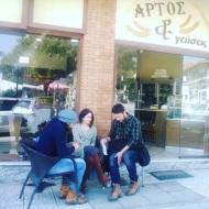 """Ο Γιώργος, η Κατερίνα και ο Ανδρέας κατά τη διάρκεια γυρισμάτων για το """"Τατουάζ"""" στην Καλαμπάκα - 12 Μαρτίου 2018 Φωτογραφία: argirozaxou Instagram"""