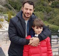 """Ο Γιώργος μαζί με έναν μικρό φαν στην Καλαμπάκα όπου βρέθηκε για τα γυρίσματα της σειράς """"Το Τατουάζ"""" - 13 Μαρτίου 2018 Φωτογραφία: gkiouletmomae Instagram"""